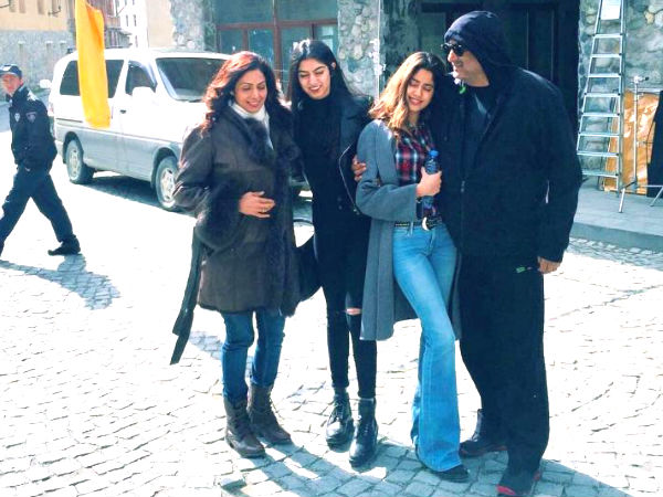 jhanvi-khushi-kapoor-new-pictures-with-sridevi-from-vacation