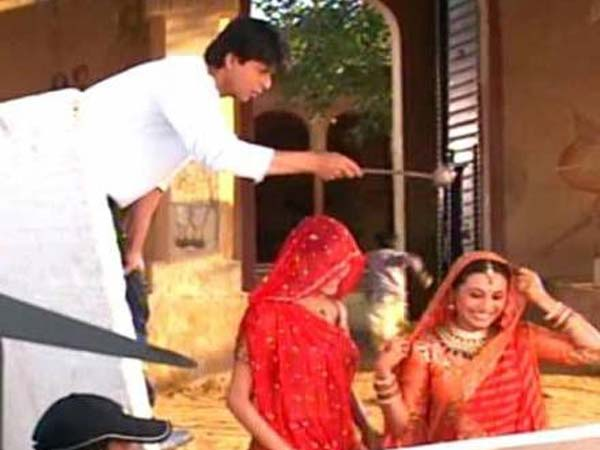 rare-unseen-pictures-of-shahrukh-khan-rani-mukerji-from-paheli-sets