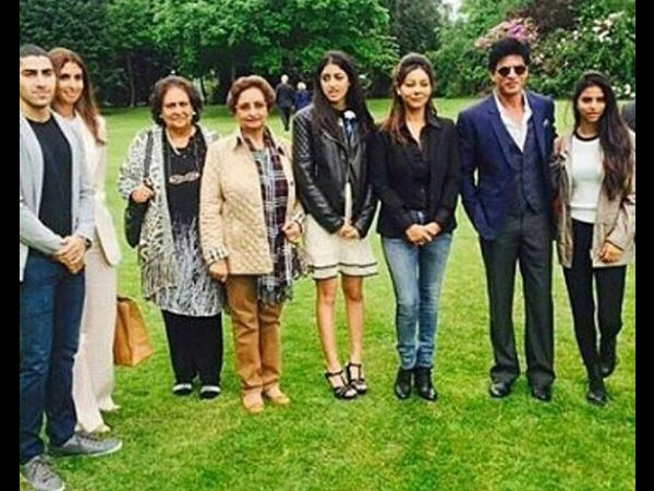 shahrukh-gauri-khan-latest-picture-with-navya-naveli-suhana-khan