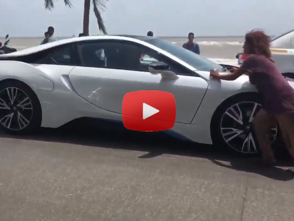 Shahrukh Khan BMW i8 Stopped By Homeless Woman Bandra