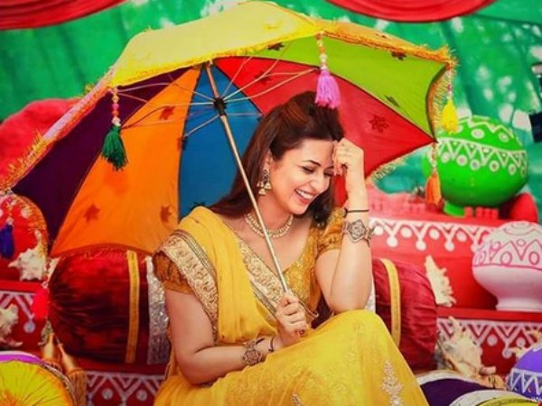 Divyanka Tripathi Mehndi Ceremony : Divyanka tripathi glows in yellow lehenga at haldi ceremony