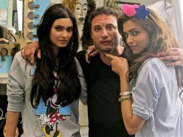 deepika-padukone-unseen-pictures-from-cocktail-on-the-sets-stills