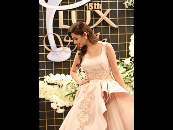 mahira-khan-latest-pictures-from-lux-awards-spotted-in-a-gown