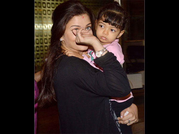 Aaradhya Knows How To Deal With The Paparazzi