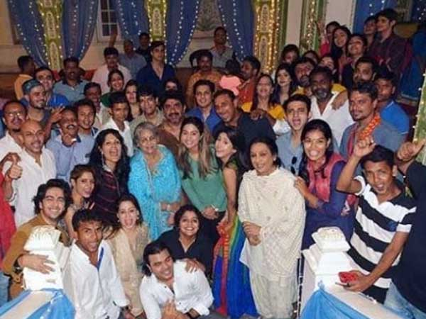 Yeh Rishta Kya Kehlata Hai Completes 2200 Episodes; Hina Khan & Other Team Members Celebrate Success