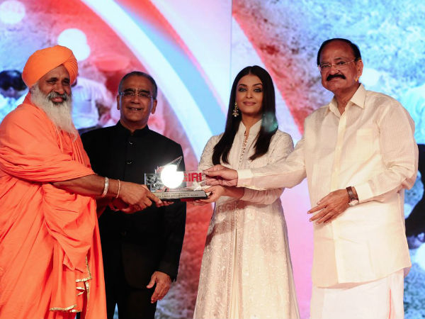 Aishwarya Rai Presenting The Award