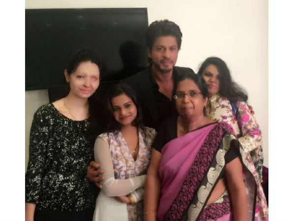 A True Gentleman! Shahrukh Khan Visits Acid Attack Survivors