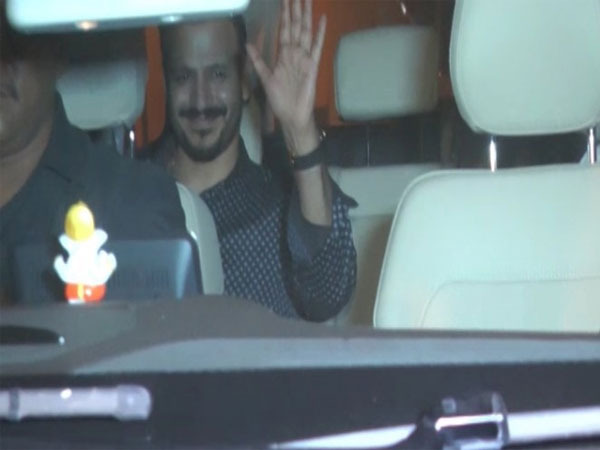 Vivek Oberoi Waving At The Media