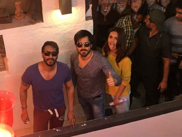 Baadshaho In Jodhpur: Ajay Devgn, Emraan Hashmi & Esha Gupta Pose For A Quirky Pic Post Day 1 Shoot!