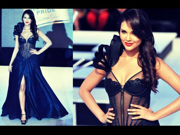 Esha Gupta Hot Black Dress Ramp Walk Fashion Show