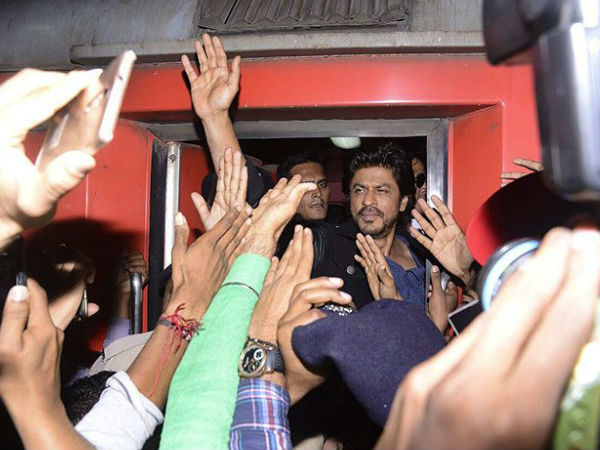 SAD! One Dies In Stampede To See Shahrukh Khan At Gujarat Railway Station..