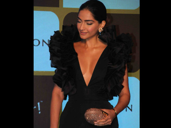 Sonam Kapoor Wardrobe Malfunction Pictures Sonam Kapoor Reacts To