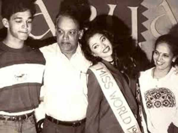 Aishwarya Posing With Her Parents During Her Miss World Days