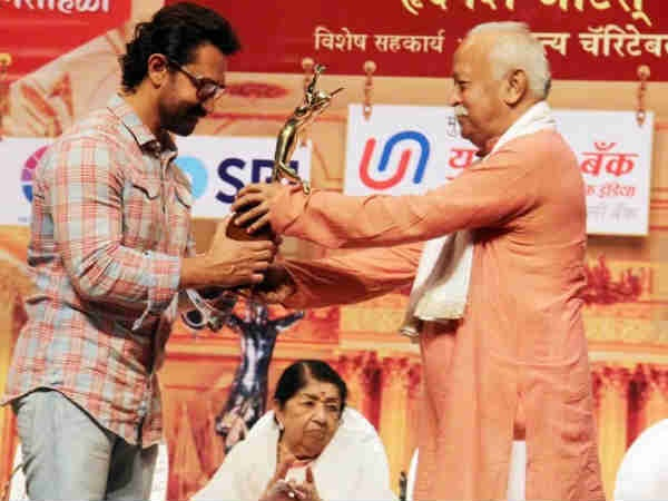 UNBELIEVABLE! Aamir Khan FINALLY Attends An Award Function After 16 Years! [PICS]