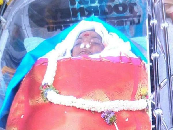 parvathamma-rajkumar-s-body-begins-its-final-travel-be-buried-with-state-honours