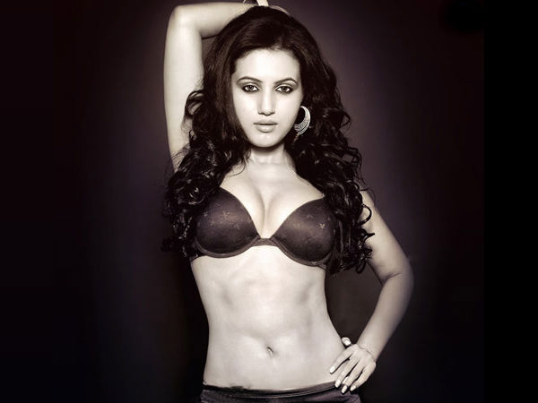 The Hot & Sizzling Anusmriti Sarkar To Make Her Bollywood Debut! Read Details!