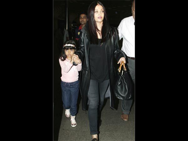 Aishwarya & Aaradhya Clicked At The Mumbai Airport