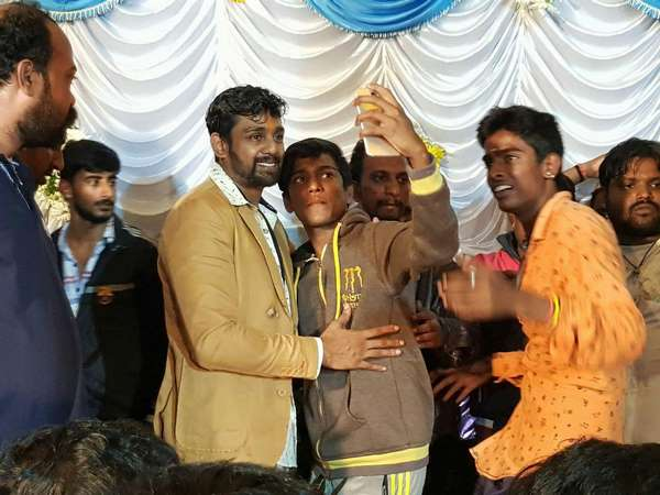 Fans Click Selfies With Dhruva