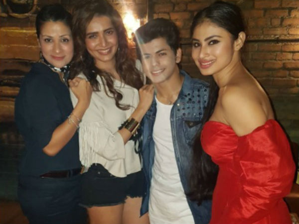 Siddharth With Karishma, Mouni and Roopal