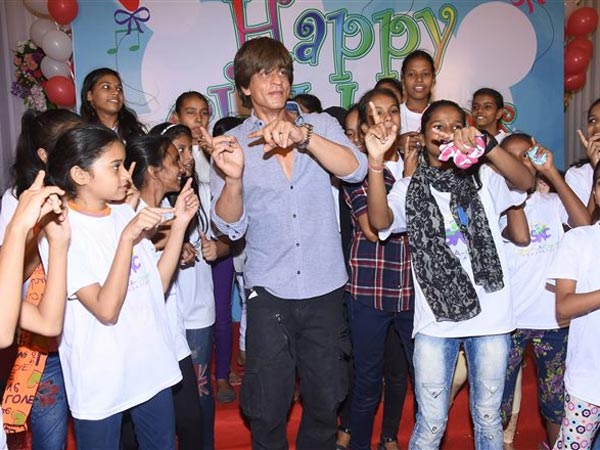 Shahrukh Khan Celebrated Children's Day With Underprivileged Kids. -  Filmibeat