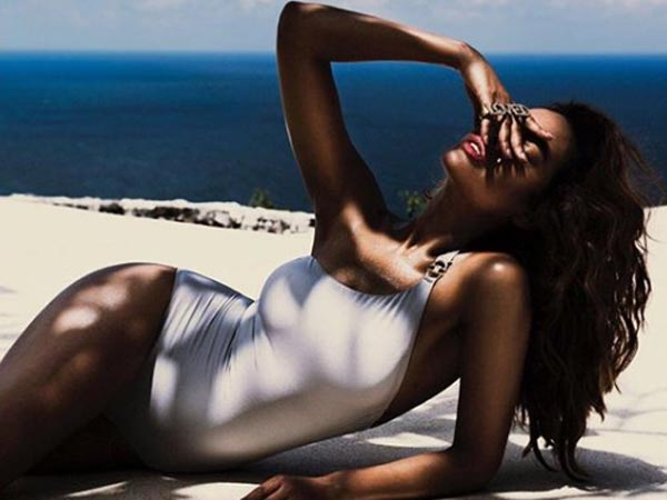Lingerie Queen Esha Gupta Posts HOT Pictures Yet Again & We Can't Stop Drooling! View Pics
