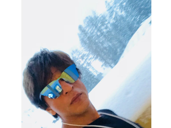 shahrukh-khan-is-having-a-helluva-time-is-davos-honoured-to-receive-crystal-award-see-picture