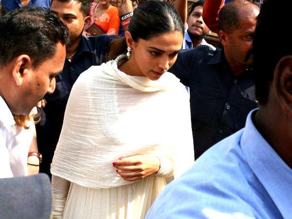 Pic Talk: Deepika Padukone Visits Siddhivinayak To Seek Blessings For 'Padmaavat'