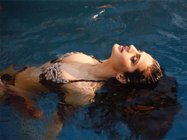 Very Hot! Bikini Beauty Ameesha Patel Chills By The Pool! Must See Pictures
