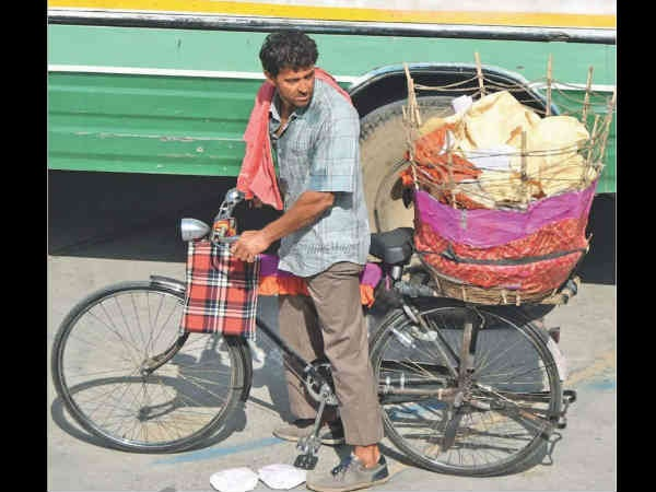 Super 30: An UNRECOGNIZABLE Hrithik Roshan Caught Selling Papads On The Streets Of Jaipur!