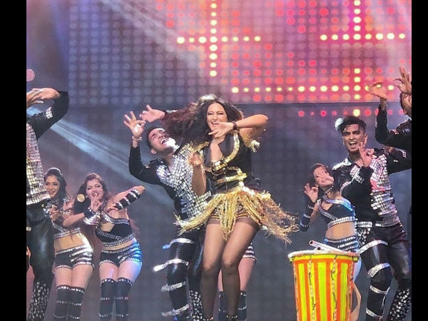 Sonakshi Rocks The Stage