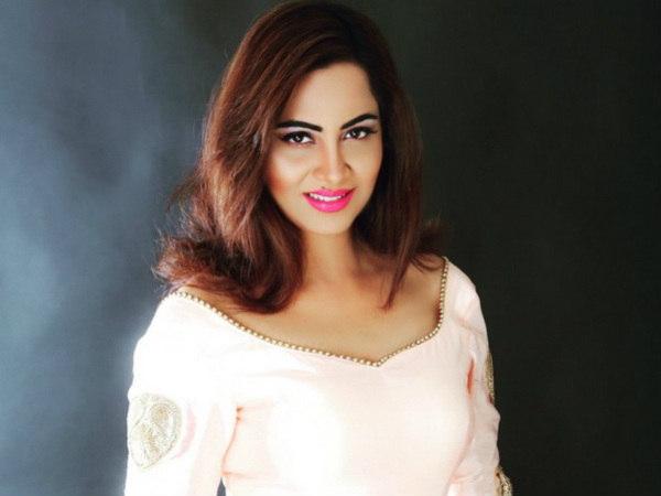Bigg Boss 11's Arshi Khan Bags 'Top Entertainer' Award At The Global Peace Conference!