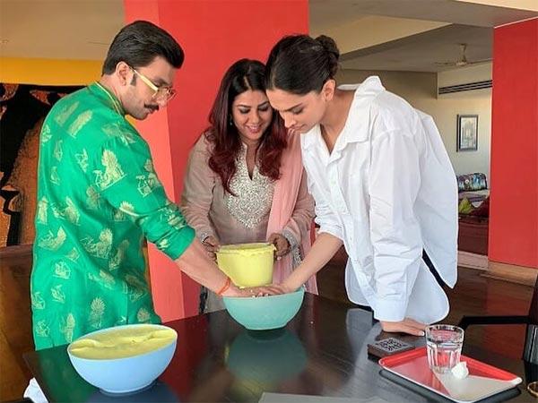 FIRST WEDDING GIFT! Deepika Padukone Ranveer Singh Pose With Farah Khan's MIND BLOWING Present [PIC]