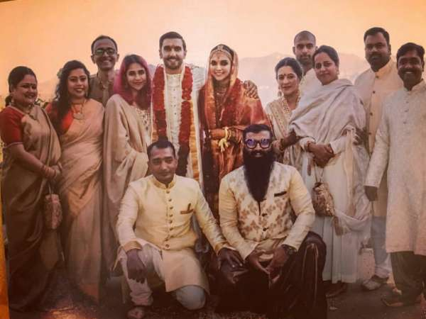 Deepika Padukone & Ranveer Singh's New Wedding Picture Is Out & This Time Featuring The Baaraatis