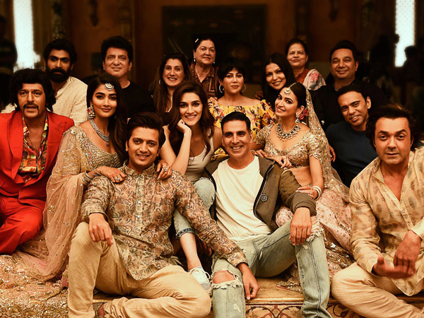 Housefull 4: Akshay Kumar & Co. Pose For A Happy Picture After Wrapping The Film's Shooting