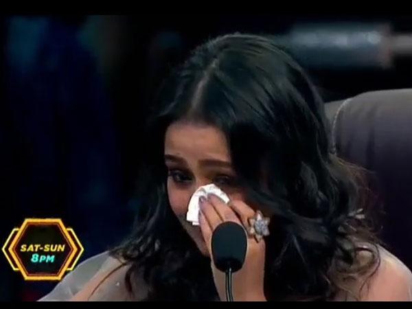 Post Break-up, Neha Kakkar Breaks Down On Super Dancer 3 Sets; Says 'I Won't Fall In Love Again'!