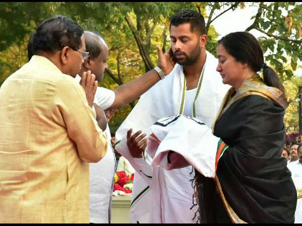 Ambareesh 4th Month Death Anniversary; Sumalatha & Abhishek Pay Their Respects At The Cemetery