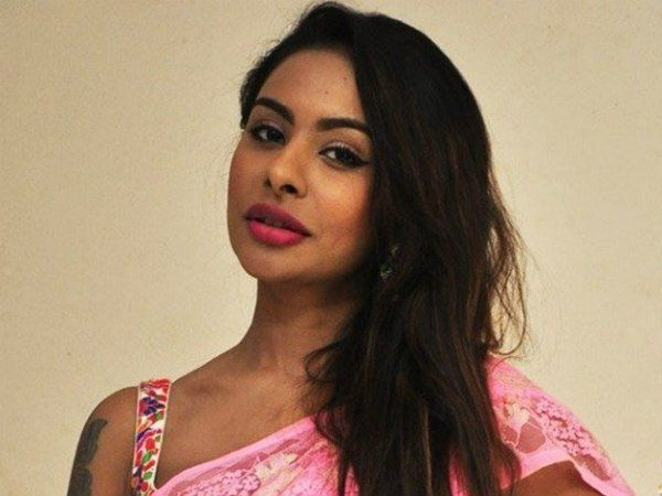 READ: Sri Reddy's Old Photoshoot Surfaces On Social Media; Garners Attention!