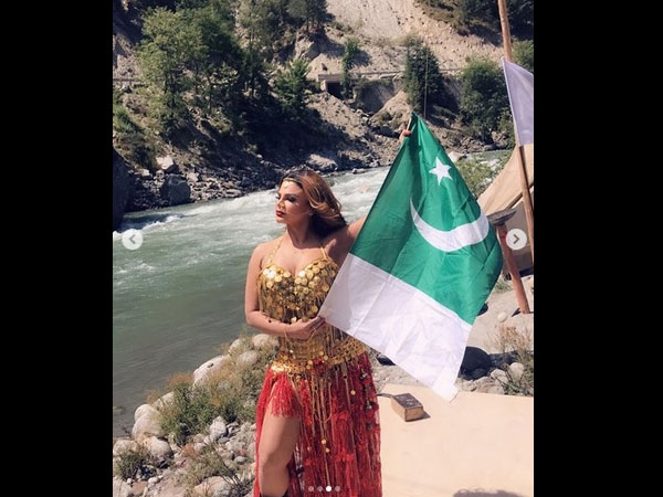 Rakhi's Pictures With Pakistani Flag Didn't Go Well With Fans