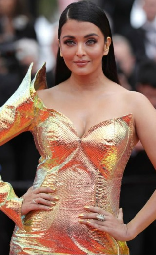 Aishwarya's First Look From Cannes Red Carpet Is All Hearts!