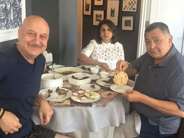 Rishi Kapoor Is On Cloud Nine After Having Some 'Correct Aate Ka Phulka' At Anupam Kher's House!