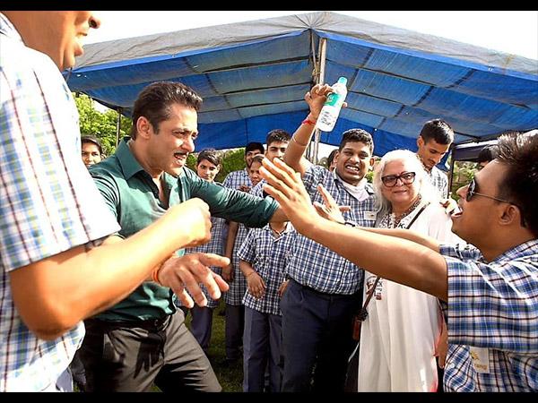 Dabangg 3: Salman Khan, Sonakshi Sinha Entertain Special Kids On Sets