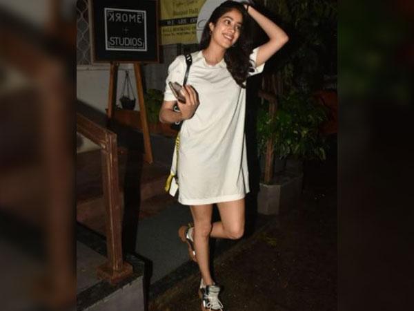 Gaadi Mein Aana Hai Humare Saath? Obsessive Paparazzi Bowled Over By Janhvi Kapoor