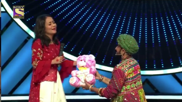 Indian Idol 11 Contestant Proposes To Neha Kakkar Forcibly Kisses Her Surprising Everyone Filmibeat