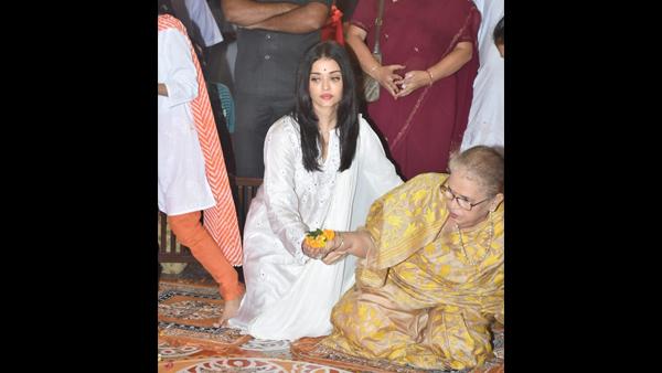 Aishwarya Rai Bachchan and daughter Aaradhya drop by Durga Pandal to seek blessing - view pics
