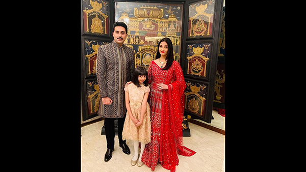 Aaradhya's Cute Pose With Parents Aishwarya & Abhishek!
