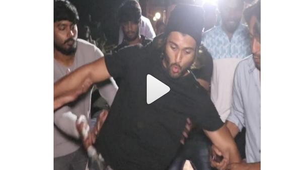 Vijay Deverakonda Slips While Walking Towards Versova Jetty; Video Goes Viral