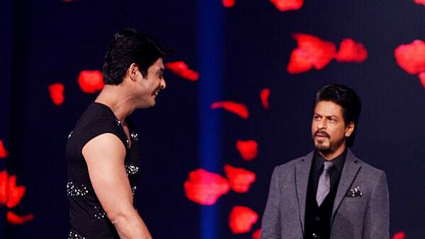 When Shah Rukh Khan Praised Sidharth Shukla For Being Chivalrous With His KKHH Daughter, WATCH NOW!