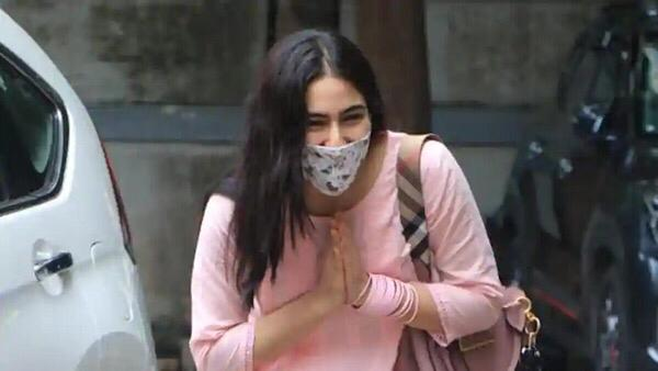 Photo: Sara Ali Khan Spotted By Paparazzi; Greets Them With Her Much Loved 'Namaskar'
