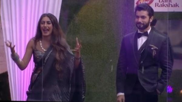 Surbhi & Sharad Give Awards To Contestants
