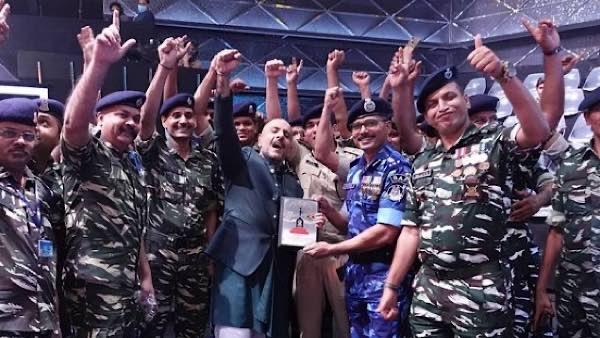 Vishal Dadlani Poses With The Heroes